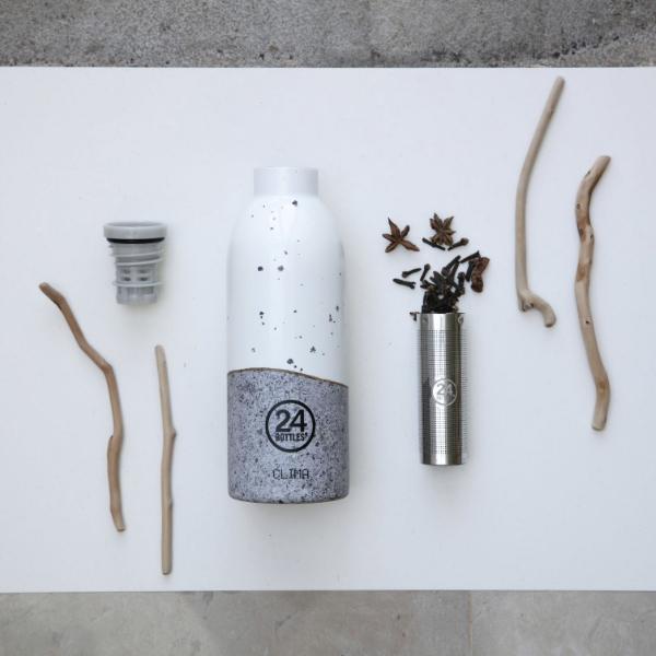 La Botella Clima Infusor Wabi 500ml esde acero inoxidable, reutilizable que mantiene sus bebidas frías durante 24 horas y calientes durante 12.Presentada con tapa y colador de infusor, perfecta para tú té, con una boca ancha para llenado de hielo y fácil limpieza. Se recomienda lavar a mano.Capacidad 500ml.